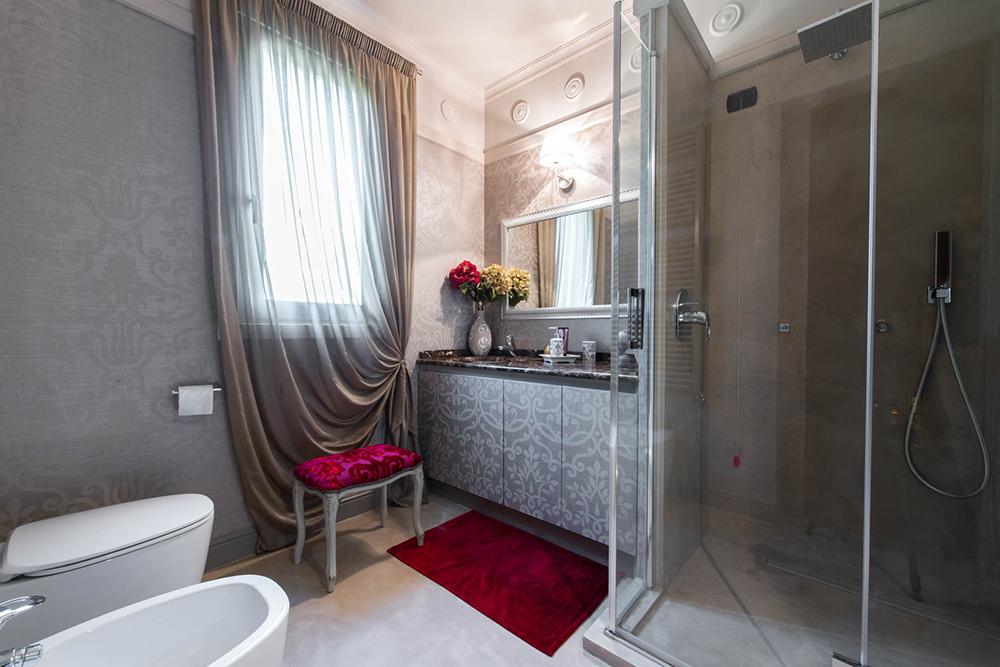 Vibo-portfolio-casa-sarnico-bagno-tenda-Fischbacher
