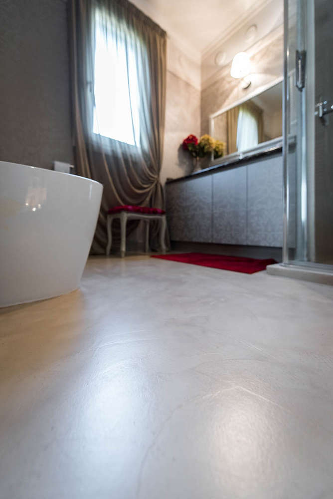 Vibo-portfolio-casa-sarnico-bagno-dettaglio-pavimento-in-resina