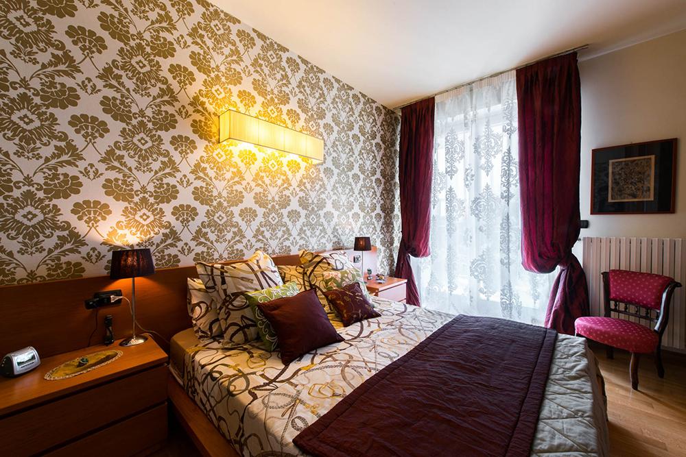 Vibo-portfolio-casa-sarnico-camera-rivestimento-murale-in-paglia-tende-Fischbacher